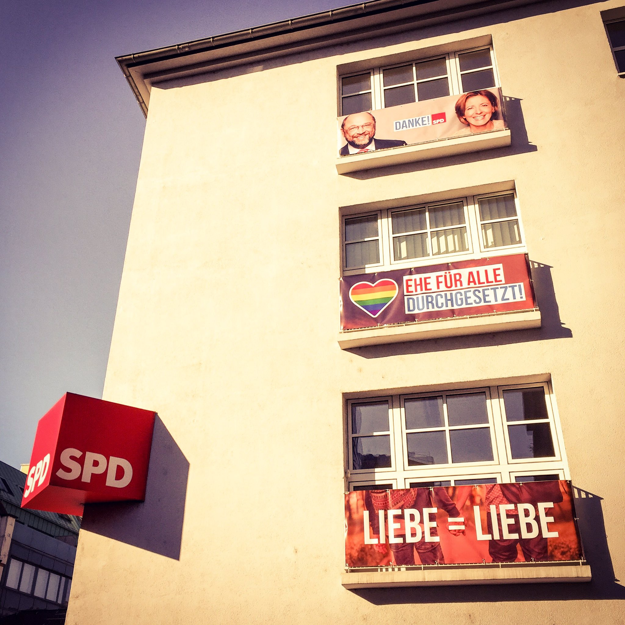 SPD RLP schmückt Landesgeschäftsstelle für den CSD